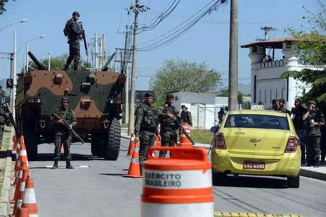 Tropas do Exército participam de blitz na região do Complexo Esportivo de Deodoro, como treino de segurança para os Jogos Olímpicos Rio 2016