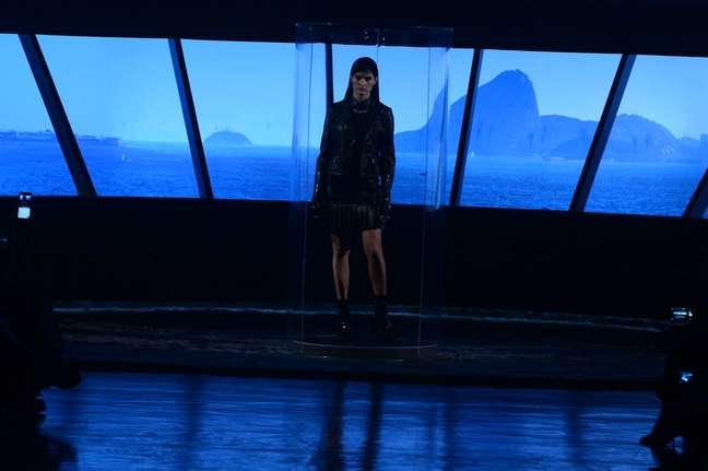Isabeli Fontana abre desfile de Karl Lagerfeld para Riachuelo com projeção da vista do Museu de Srte Contemporânea do Rio, desenhado por Oscar Niemeyer