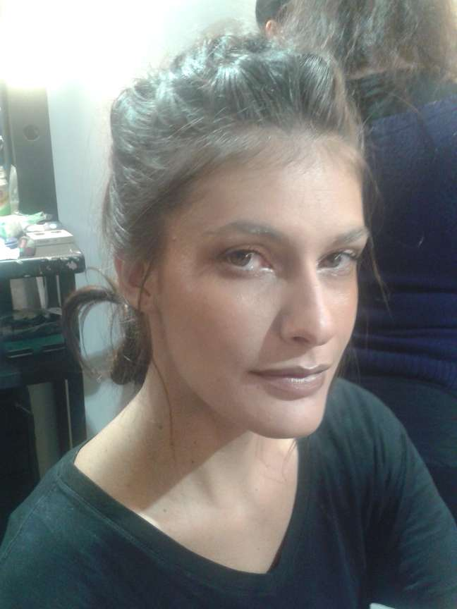 Carol Francischini usa spray fixador de cabelo para disfarçar celulite na passarela