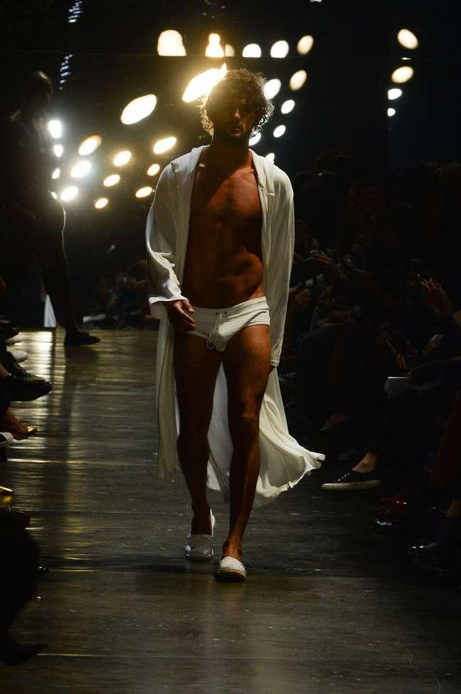 Marlon Teixeira abriu o desfile de Murilo Lomas com sunga e roupão branco
