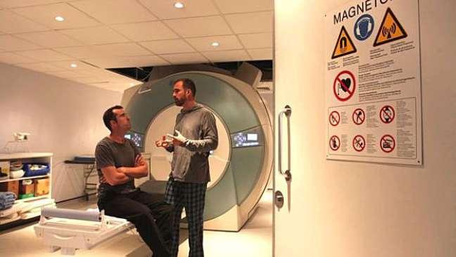Xand van Tulleken ofereceu o irmão, Chris, para a ressonância magnética do cérebro (Foto: BBC)