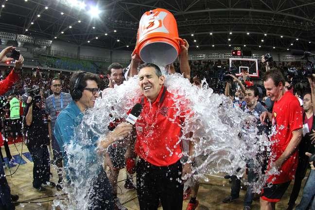 O técnico José Neto, do Flamengo, toma um banho de água após a conquista do título