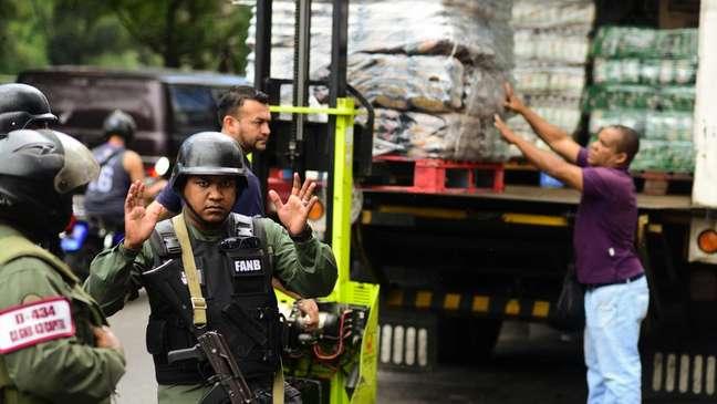 Distribuição de alimentos é feita sob a proteção da Guarda Nacional