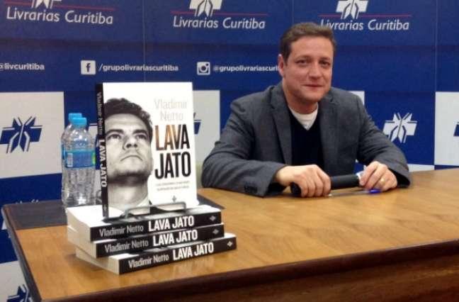 O autor no lançamento em Curitiba (Foto: Reprodução/Twitter/@vnetto)