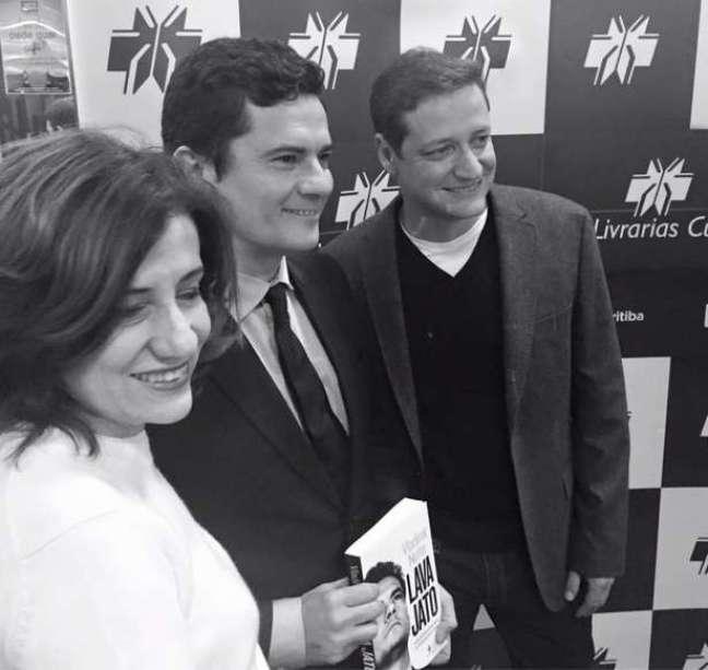 Vladimir com o juiz Moro e Miriam Leitão, na noite de autógrafos, no Paraná (Foto: Reprodução/Facebook/@nettovladimir)