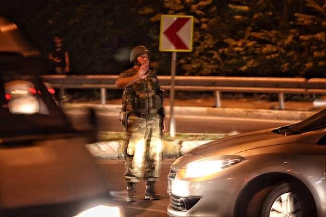 Soldados ocupam estreito que separa os lados europeu e asiático da cidade de Istambul