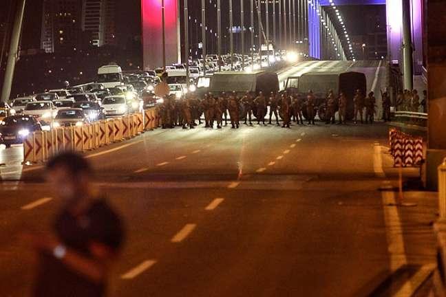Pontes de Istambul sobre o estreito que separa os lados europeu e asiático da cidade foram fechadas ao tráfego.