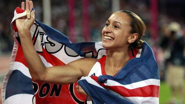 Britânica Jessica Ennis comemora medalha de ouro no heptatlo na Olimpíada de Londres