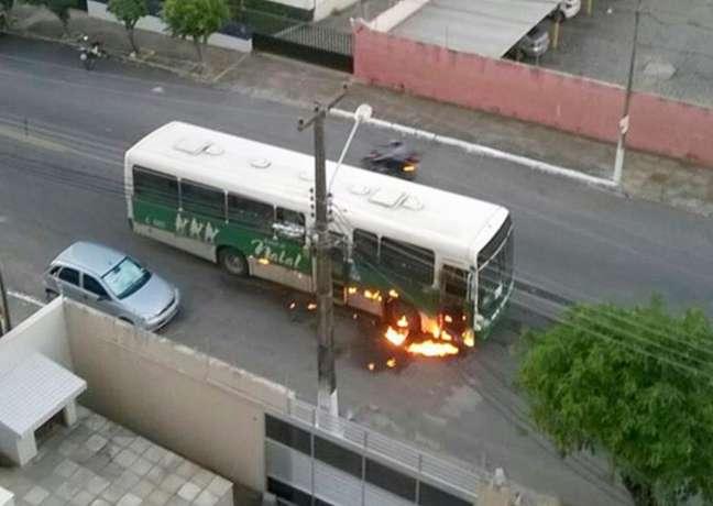 Moradores de Natal estão publicando nas redes sociais imagens dos ônibus incendiados pela cidade desde essa sexta-feira (29)