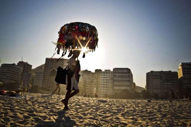 Vendedor ambulante na praia de Copacabana