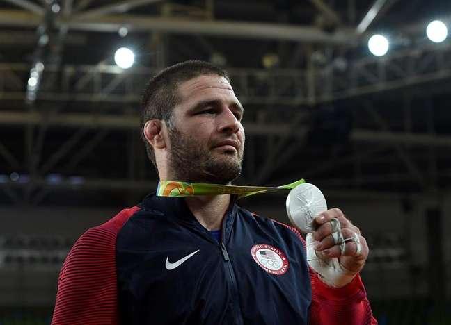 O judoca Travis Stevens, dos Estados Unidos, exibe sua medalha de prata