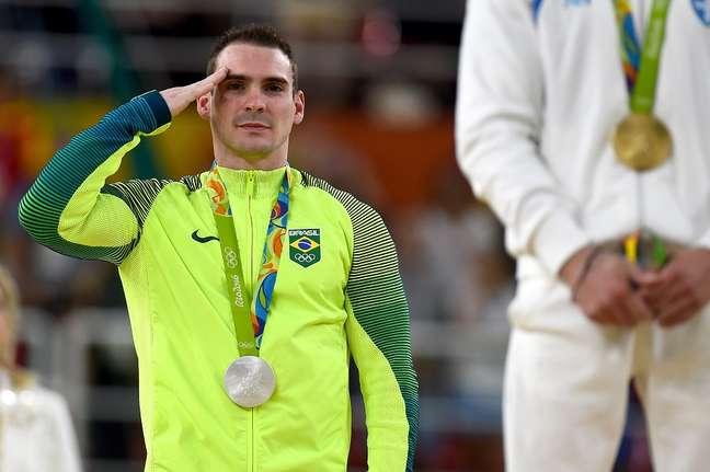 Arthur Zanetti, que é um atleta militar, bate continência no pódio