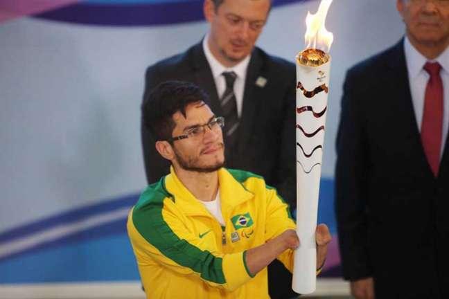 Yohansson Nascimento acendeu a tocha em Brasília(Foto: Roberto Castro/ brasil2016.gov.br)