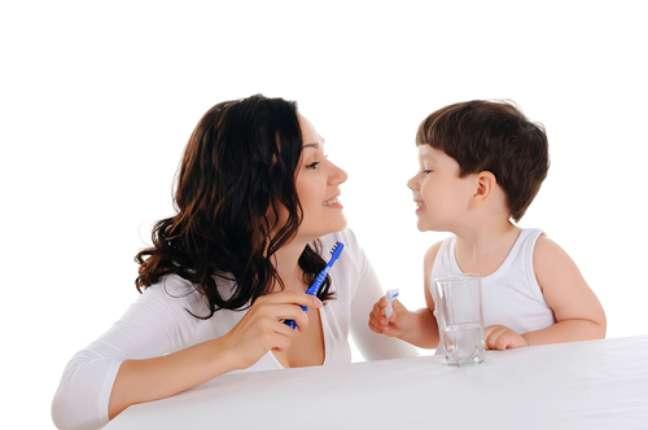 Recomendamos que os pais escovem os dentes na frente dos filhos até os cinco anos, pois crianças dessa faixa etária tendem a imitar os pais