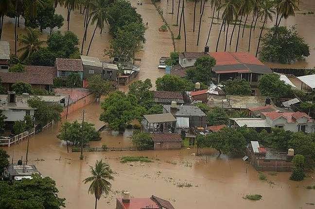 Chuvas intensas que antecederam a chegada do furacão provocaram alagamentos e deixaram desabrigados