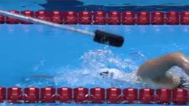 Auxiliares são necessários para atletas cegos nas provas de natação