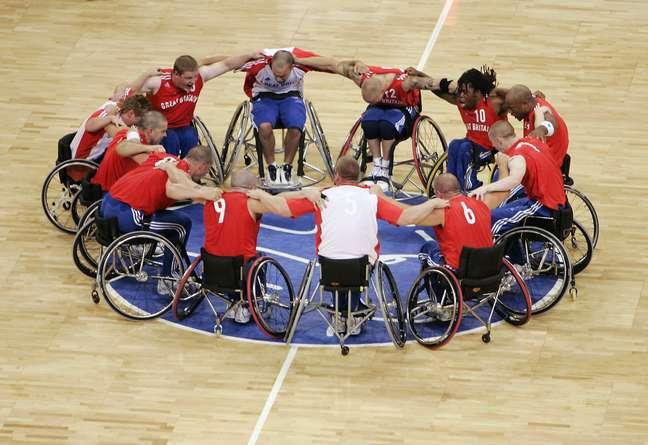 Apesar de adversários, os atletas de basquete de cadeira de rodas demonstram respeito e solidariedade durante as partidas