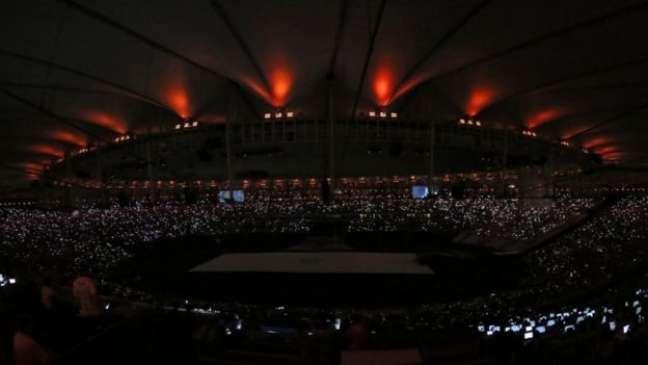 Cerimônia começou com o Maracanã às escuras