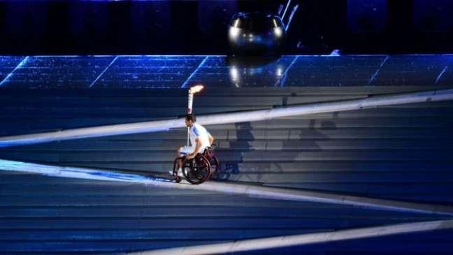 Parte de escadaria se transformou em rampas para o nadador Clodoaldo Silva acender a pira paralímpica