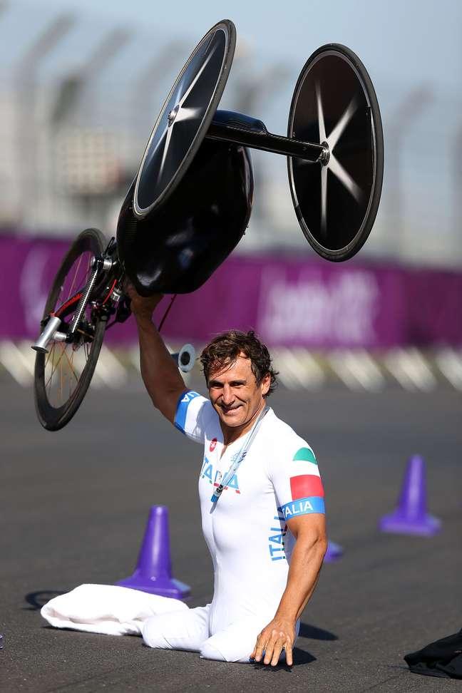 Ex-piloto da Fórmula 1 e Indy, o italiano Alex Zanardi, que perdeu as duas pernas em um acidente automobilístico, foi medalha de ouro na Paralimpíada de Londres no ciclismo