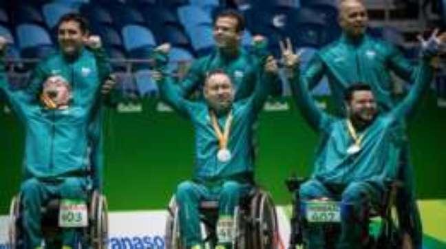 Eliseu (à esq., com a medalha na boca) e Marcelo ao lado do reserva Dirceu Pinto: irmãos ganharam a prata juntos