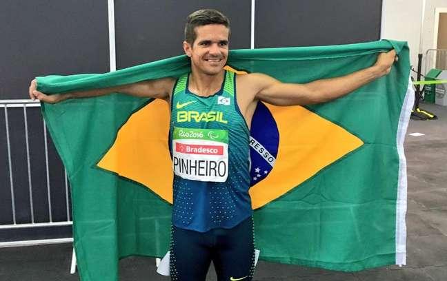 Edson Pinheiro comemora sua primeira medalha nos Jogos Paralímpicos com a bandeira brasileira
