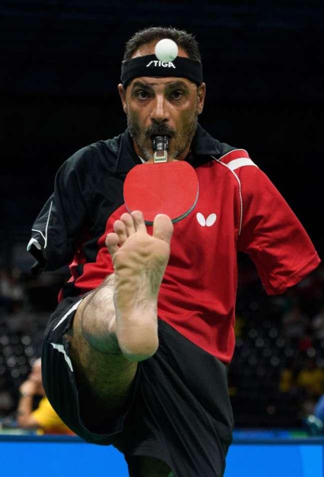 O egípcio Ibrahim Hamadtou levanta a bola com os dedos dos pés antes de sacar durante prova de tênis de mesa paralímpico