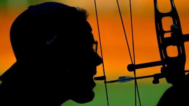 Jeff Fabry abre a boca para soltar a flecha na prova de tiro com arco
