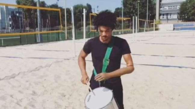 Arnaud Assoumani toca repique num grupo de samba de Paris há dez anos