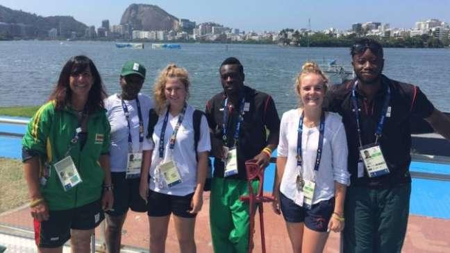 Parte da equipe do Zimbábue no Rio teve um mês para perder o medo de água para, em seguida, aprender as regras básicas do remo; Rachel Davis (à esq.) tem 20 anos de experiência no comando de equipes de remo