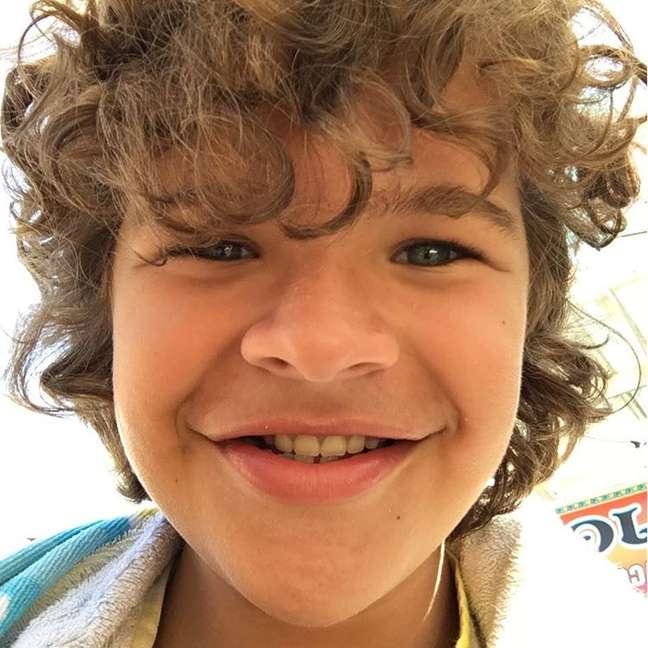 Alias, Gaten já anda desfilando por aí com um sorriso cheio de dentes, e os jornais americanos afirmam que esse ano o ator fez sua primeira cirurgia para consertar o problema