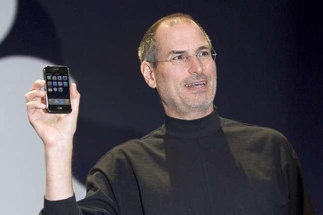 Steve Jobs segura o iPhone, apresentado na Macworld de 2007