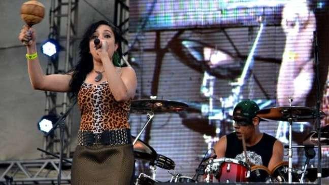A cantora Nájila é especialista em fazer vocal gutural, uma voz rouca e grave incomum para mulheres