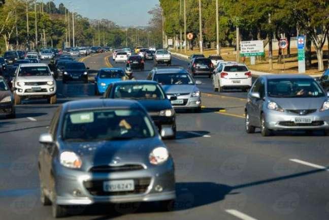 Brasília - Multas voltam a ser cobradas para quem trafegar durante o dia com faróis baixos apagados em rodovias federais sinalizadas -