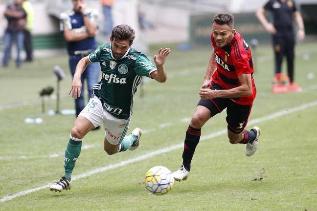 Allione disputa lance no ataque do Palmeiras
