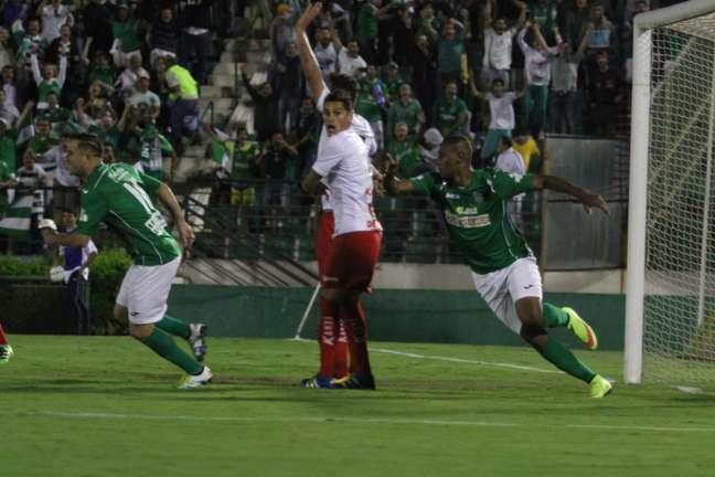 Zagueiro Leandro Amaro marca de cabeca e comemora gol do Guarani