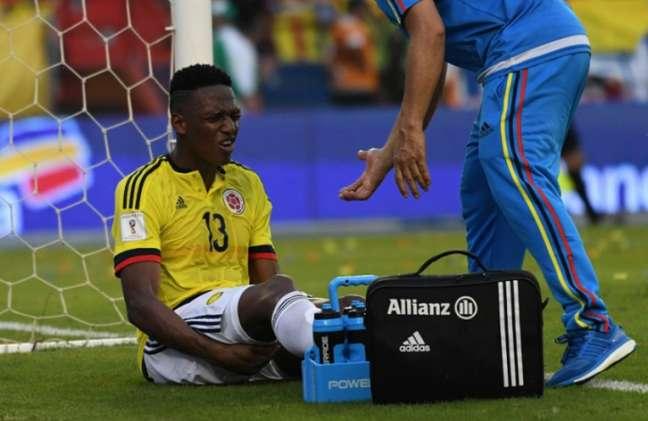 Mina sentiu o posterior da coxa esquerda no jogo contra o Chile, pelas Eliminatórias (Foto: Luis Acosta / AFP)