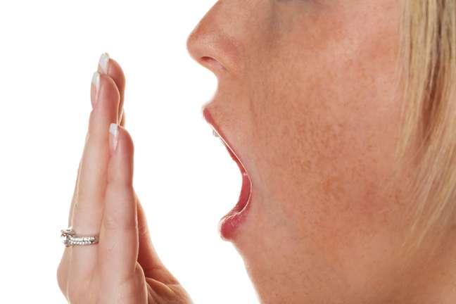 Dá para se desconfiar da doença pelo hálito, pois ele possui esse cheiro bem característico de urina ou peixe