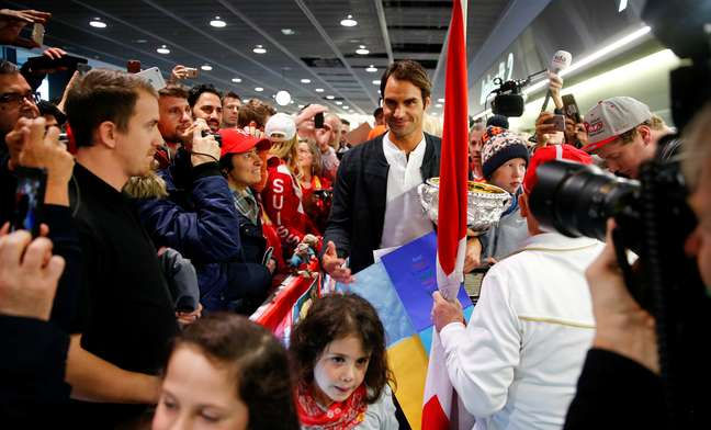 Federer foi recepcionado por fãs em seu desembarque no aeroporto de Zurique, na Suíça