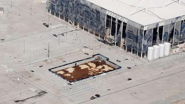 Imagem atual do Estádio de Esportes Aquáticos simboliza o abandono do Parque Olímpico: piscina imundo e estrutura da arena caindo no chão