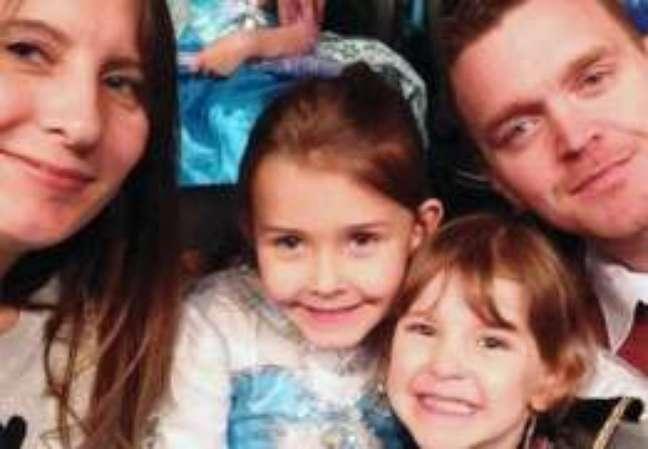 Chloe (no centro, à esq.) com sua irmã Hollie e seus pais, Julie e Andy