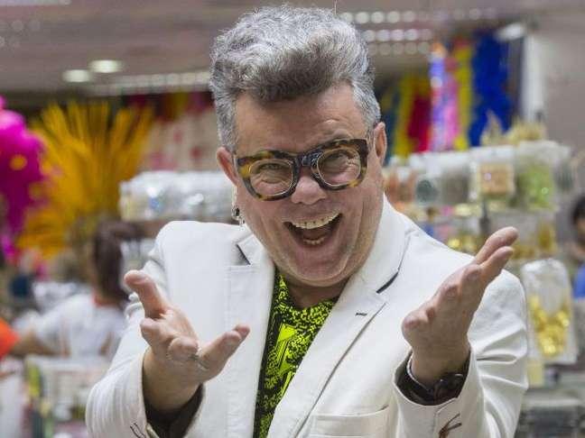 Pós-doutor, carnavalesco e youtuber: conheça Milton Cunha