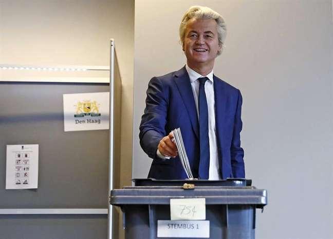 Geert Wilders, líder da extrema direita holandesa, vota em colégio de Haia.