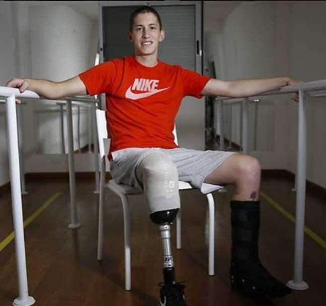 O goleiro Jakson Follmann foi um dos sobreviventes da queda do avião da Chapecoense na Colômbia e hoje está se adaptando à prótese na perna direita, esta parcialmente amputada por causa de ferimentos do acidente