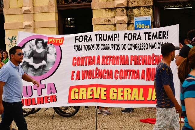 Manifestantes saem em passeata pelas ruas de Belém (PA)