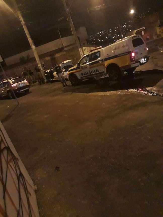 Ocupantes do veículo sendo socorridos pelas equipes de resgate e da polícia