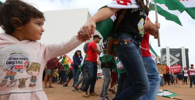 Garotinha acompanha sua mãe em manifestação contra o presidente Michel Temer e a favor de diretas já na capital federal na tarde deste domingo (21)