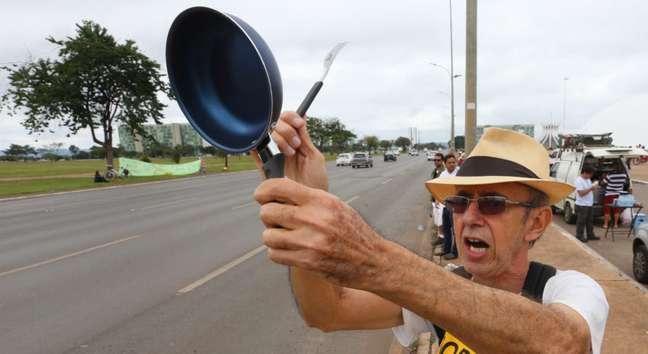 Um dos símbolos da queda de Dilma Rousseff do poder, bateção de panela marcou a manifestação contra o presidente Michel Temer em Brasília (DF)