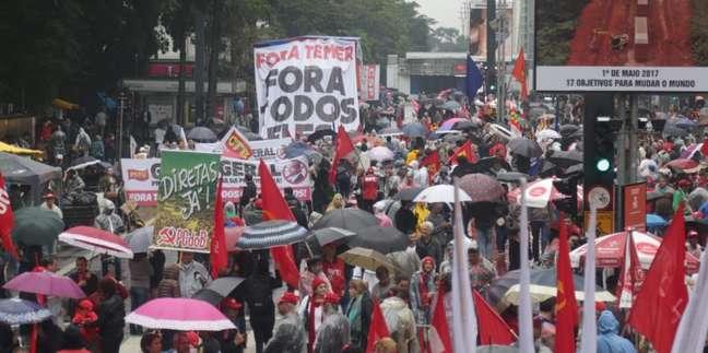 Chuva não impediu que manifestantes tomassem parte da Avenida Paulista para protestar contra o presidente Michel Temer, em São Paulo (SP)