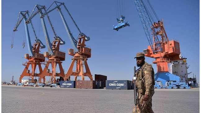 Situado a 700 km a oeste da capital do Paquistão, Karachi, o porto Gwadar conectará a cidade chinesa de Kasgar com o Mar Árabe